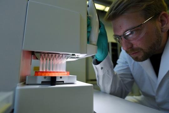Bắt đầu thử nghiệm vắc-xin SARS-CoV-2 - Ảnh 1.