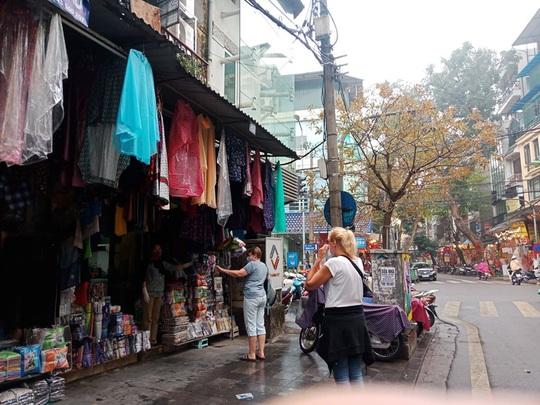 [CLIP] Đeo khẩu trang nơi công cộng: Người Việt nghiêm túc, người nước ngoài lác đác - Ảnh 23.