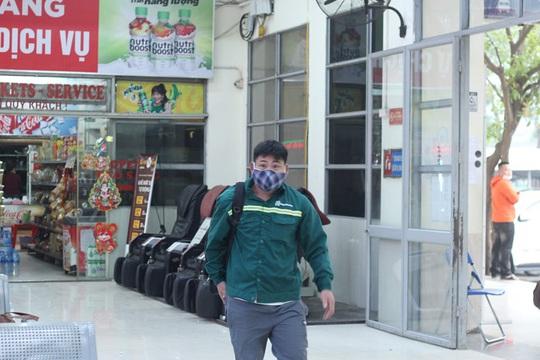 [CLIP] Đeo khẩu trang nơi công cộng: Người Việt nghiêm túc, người nước ngoài lác đác - Ảnh 4.
