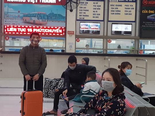 [CLIP] Đeo khẩu trang nơi công cộng: Người Việt nghiêm túc, người nước ngoài lác đác - Ảnh 8.