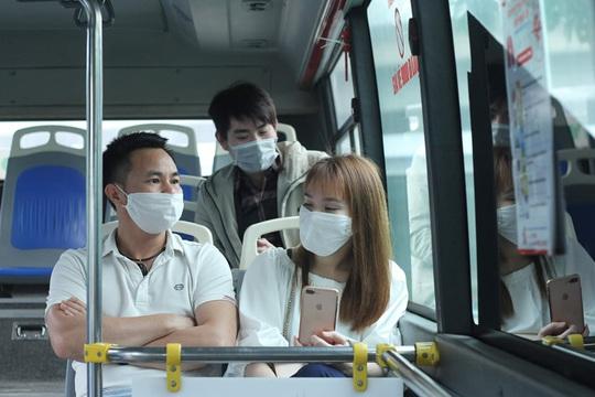 [CLIP] Đeo khẩu trang nơi công cộng: Người Việt nghiêm túc, người nước ngoài lác đác - Ảnh 14.