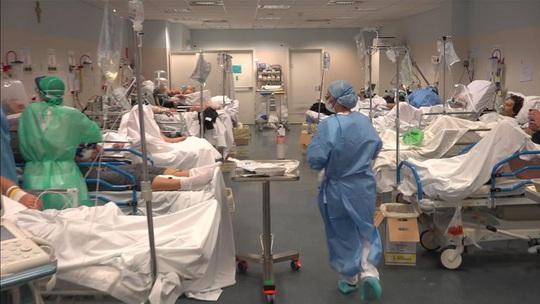 Covid-19 ở Ý: Bệnh viện hết chỗ kê giường, nghĩa trang không chứa đủ quan tài - Ảnh 5.