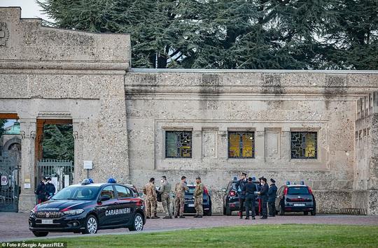 Covid-19 ở Ý: Bệnh viện hết chỗ kê giường, nghĩa trang không chứa đủ quan tài - Ảnh 9.