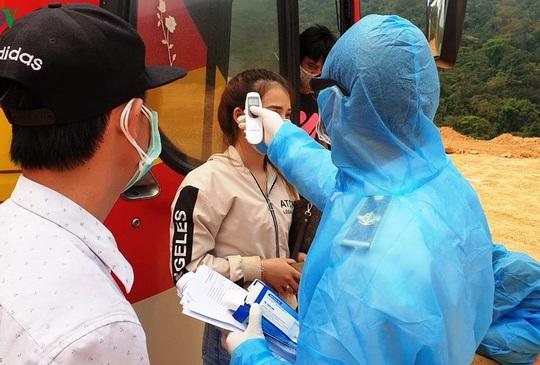 Gần 400 công dân về từ Lào, Thái Lan được cách ly tại Quảng Bình, 2 người bị sốt - Ảnh 1.