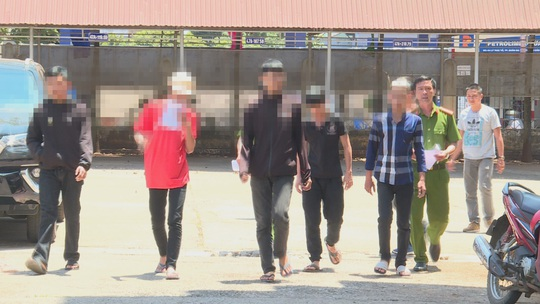 Từ tiếng nẹt pô, nam sinh lớp 10 đâm người mù mắt - Ảnh 2.
