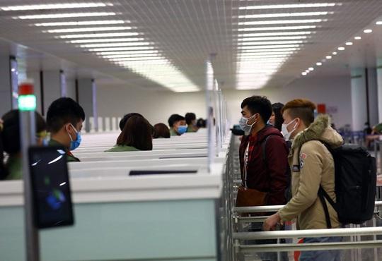 Hôm nay 22-3, Nội Bài đón hơn 2.000 khách nhập cảnh - Ảnh 1.