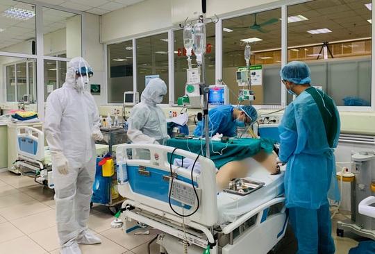 Bệnh viện thông tin về sức khoẻ 3 ca mắc Covid-19 rất nặng - Ảnh 2.