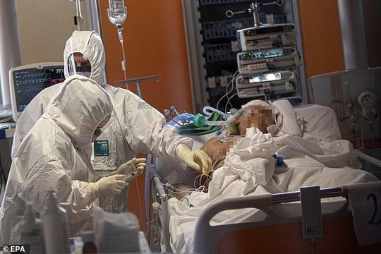 Ý: Sợ lây cho người khác, y tá nhiễm Covid-19 tự tử - Ảnh 3.