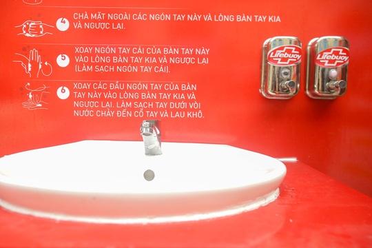 CLIP: Trạm rửa tay dã chiến nhộn nhịp trong mùa dịch Covid-19 - Ảnh 4.