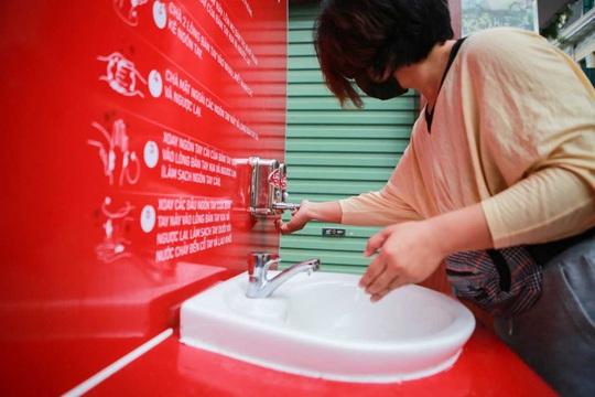 CLIP: Trạm rửa tay dã chiến nhộn nhịp trong mùa dịch Covid-19 - Ảnh 8.