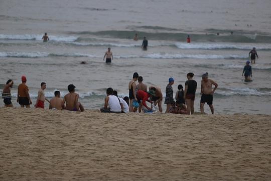 Quảng Nam sẽ xử nghiêm người tụ tập tắm biển, đá bóng sân mini - Ảnh 2.