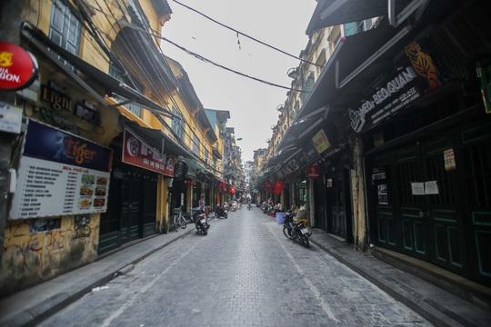 Đường xá, hàng quán vắng tanh sau yêu cầu hạn chế tụ tập nơi đông người của Thủ tướng - Ảnh 7.