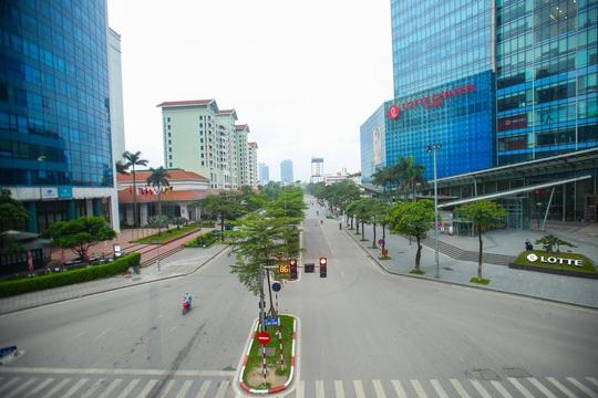 Đường xá, hàng quán vắng tanh sau yêu cầu hạn chế tụ tập nơi đông người của Thủ tướng - Ảnh 14.