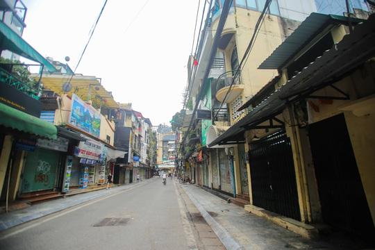 Đường xá, hàng quán vắng tanh sau yêu cầu hạn chế tụ tập nơi đông người của Thủ tướng - Ảnh 16.