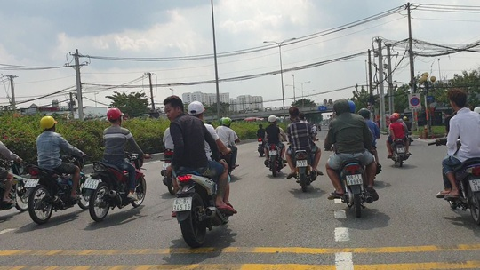 TP HCM: Camera tóm gọn nhiều thanh niên gây khiếp sợ trên Quốc lộ 1 - Ảnh 2.