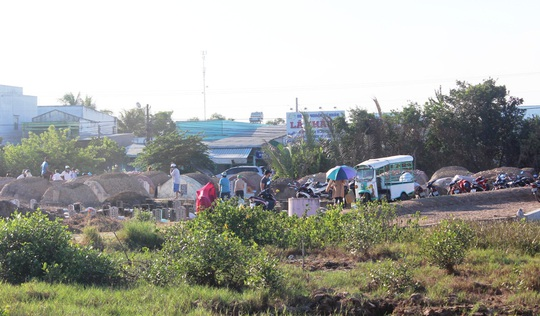 CLIP: Bất chấp lệnh của Thủ tướng, nhiều người ở Bạc Liêu vẫn kéo nhau đi cúng thanh minh - Ảnh 2.
