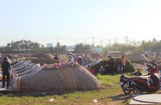 CLIP: Bất chấp lệnh của Thủ tướng, nhiều người ở Bạc Liêu vẫn kéo nhau đi cúng thanh minh - Ảnh 7.