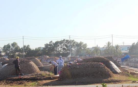 CLIP: Bất chấp lệnh của Thủ tướng, nhiều người ở Bạc Liêu vẫn kéo nhau đi cúng thanh minh - Ảnh 8.