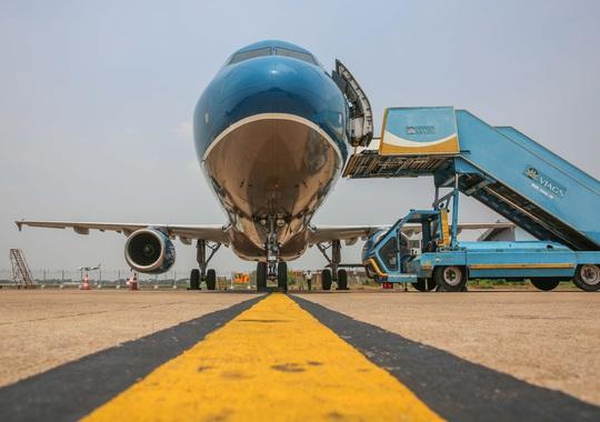 Cận cảnh khử trùng máy bay từ Đài Loan về Tân Sơn Nhất để phòng chống Covid-19  - Ảnh 12.