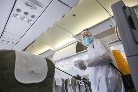Cận cảnh khử trùng máy bay từ Đài Loan về Tân Sơn Nhất để phòng chống Covid-19  - Ảnh 9.