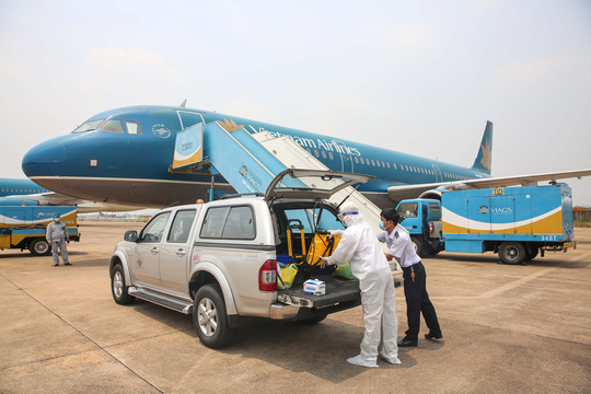 Cận cảnh khử trùng máy bay từ Đài Loan về Tân Sơn Nhất để phòng chống Covid-19  - Ảnh 1.