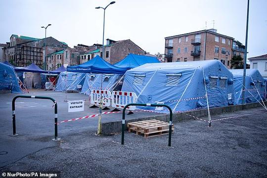 Ý: Gần 6.000 ca nhiễm Covid-19, hơn 230 người chềt, khu nhà giàu thành vùng đỏ - Ảnh 1.