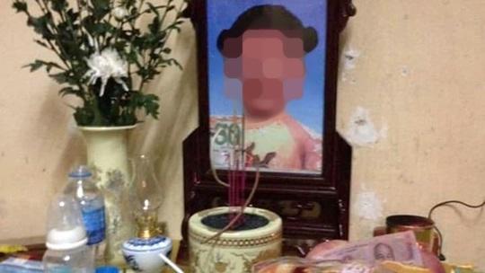 Bé gái 4 tuổi tử vong, tạm giữ người mẹ và bố dượng - Ảnh 1.