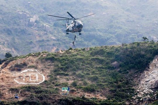 Trực thăng quân sự Trung Quốc rơi tại Hồng Kông - Ảnh 1.