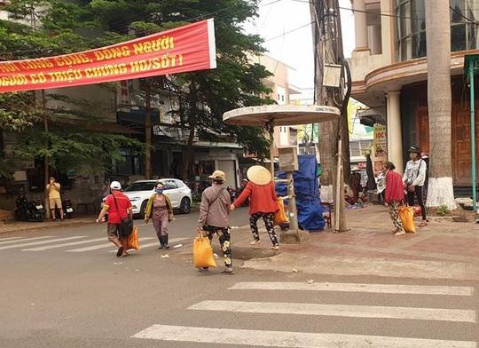 Hai người đàn ôngchạy vòng vòng phát gạo cho người bán vé số - Ảnh 2.