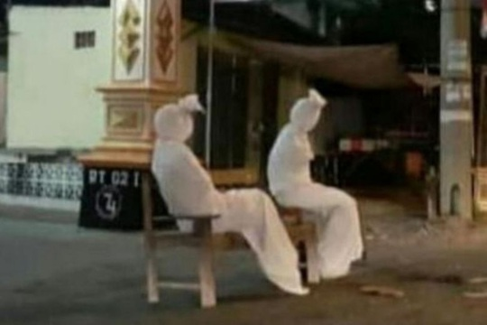 Những bóng trắng bí hiểm khiến dân làng Indonesia phải ở trong nhà - Ảnh 1.