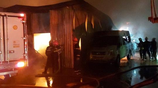 Cháy bãi ôtô trong đêm, hàng trăm chiến sĩ căng mình dập lửa - Ảnh 3.