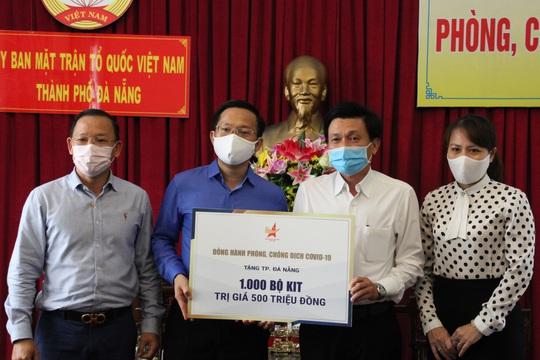 Ủng hộ máy trợ thở và 1.000 bộ kit xét nghiệm SARS-CoV-2 tuyến đầu chống dịch ở Đà Nẵng - Ảnh 2.