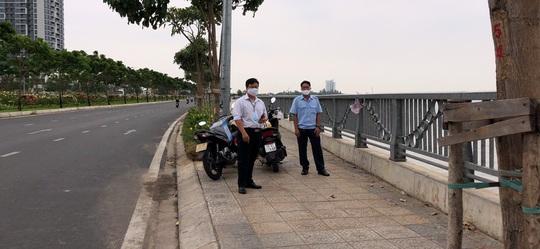 TP HCM: Hàng trăm người không đeo khẩu trang bị xử nghiêm - Ảnh 1.