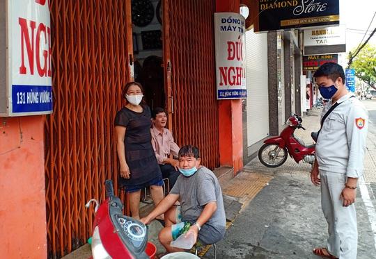 Ngày đầu bán hàng ăn uống mang về ở Đà Nẵng: Khó giữ khoảng cách 2m - Ảnh 8.