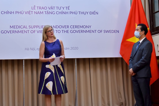 Trao tặng Thụy Điển 100.000 khẩu trang để chống dịch Covid-19 - Ảnh 3.