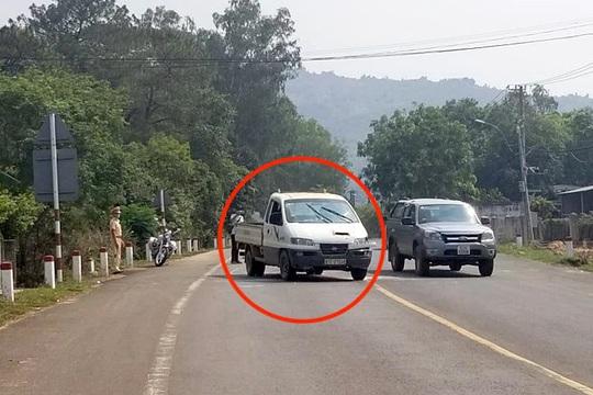 Bắt đối tượng cướp xe, đánh công an khi bị đưa đi cách ly - Ảnh 1.
