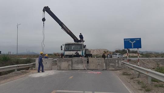 Đổ đất, cẩu bêtông chặn đường giao thông để cách ly xã hội - Ảnh 3.