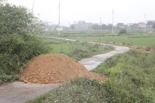 Đổ đất, cẩu bêtông chặn đường giao thông để cách ly xã hội - Ảnh 4.
