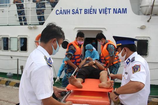 CLIP: Ngạt khí trên tàu ở Phú Quốc, 1 người chết, 5 người nguy kịch - Ảnh 2.