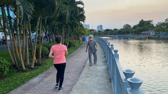 Cận cảnh sáng sớm ngày thứ 2 cách ly xã hội dọc kênh Nhiêu Lộc - Thị Nghè - Ảnh 3.