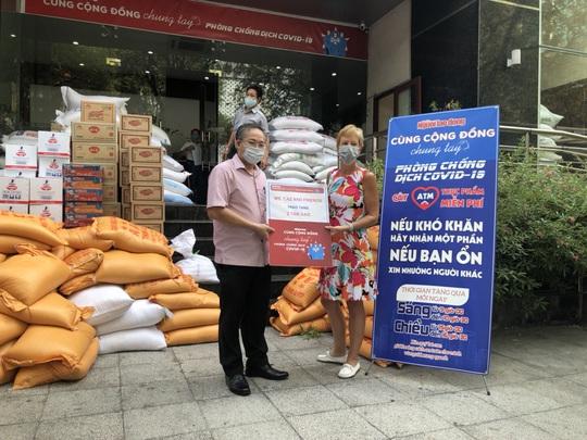 Một người Úc tặng 2 tấn gạo cho ATM thực phẩm miễn phí của Báo Người Lao Động - Ảnh 1.