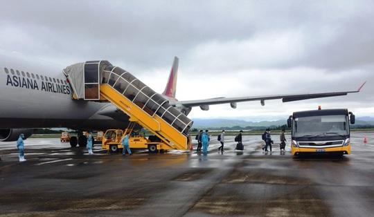 Chuyến bay chở 240 chuyên gia công ty LG của Hàn Quốc hạ cánh sân bay Vân Đồn - Ảnh 4.