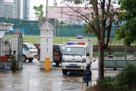 Ông Nguyễn Bắc Son đeo khẩu trang phòng Covid-19, rời xe đặc chủng vào toà phúc thẩm - Ảnh 2.