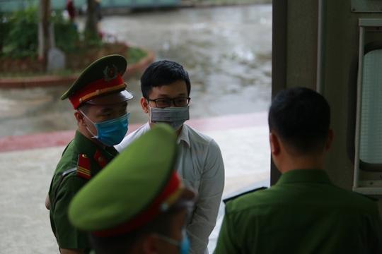 Ông Nguyễn Bắc Son đeo khẩu trang phòng Covid-19, rời xe đặc chủng vào toà phúc thẩm - Ảnh 4.