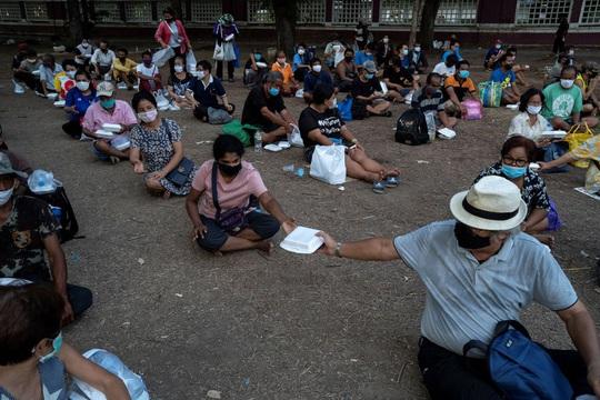 27 triệu người Thái Lan thất nghiệp, xếp hàng dài nhận thực phẩm miễn phí - Ảnh 1.