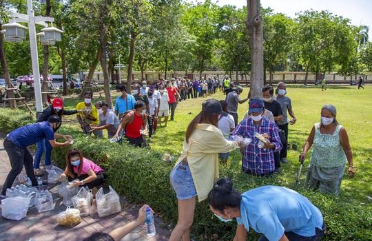27 triệu người Thái Lan thất nghiệp, xếp hàng dài nhận thực phẩm miễn phí - Ảnh 2.