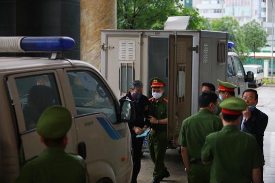 Ông Nguyễn Bắc Son đeo khẩu trang phòng Covid-19, rời xe đặc chủng vào toà phúc thẩm - Ảnh 3.