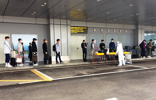 Chuyến bay chở 240 chuyên gia công ty LG của Hàn Quốc hạ cánh sân bay Vân Đồn - Ảnh 7.