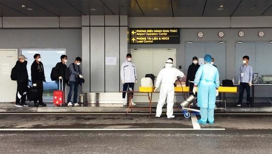 Chuyến bay chở 240 chuyên gia công ty LG của Hàn Quốc hạ cánh sân bay Vân Đồn - Ảnh 8.