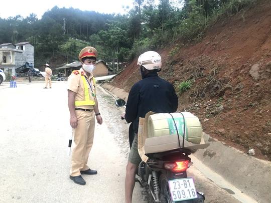Phong tỏa thêm 1 thôn hơn 500 người, cách ly toàn bộ huyện Đồng Văn để chống dịch Covid-19 - Ảnh 1.